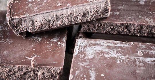 لون الشوكولاتة عندما يتحول للأبيض هل هو مضر بالصحة ؟