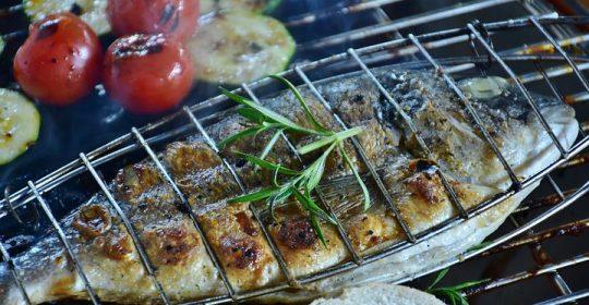 السمك في رمضان وأهميته حيث في رمضان يزداد الاهتمام بفوائد الوجبات الغذائية ؛