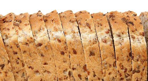 خبزة سمراء تقدمها دوسات للصائم مغلفة بالصحة