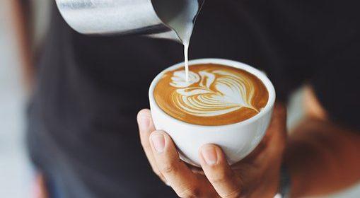 كوب من القهوة والحليب في نظام دوسات الصحي به غير مرغوب .