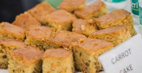 كعكة الجزر عصرونية يوم الجمعة لذيذة  مع كوب شاي أخضر